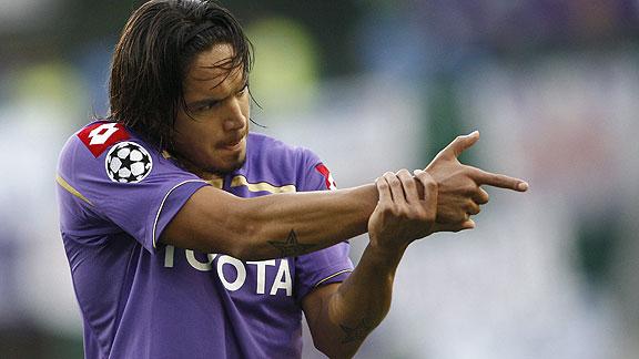 Vargas festejando su gol