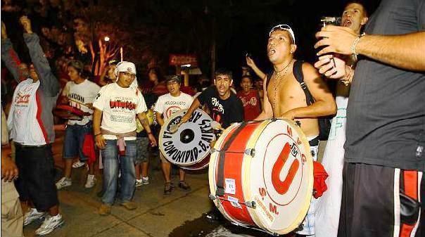 HINCHADA UNIVERSITARIO EN PARAGUAY
