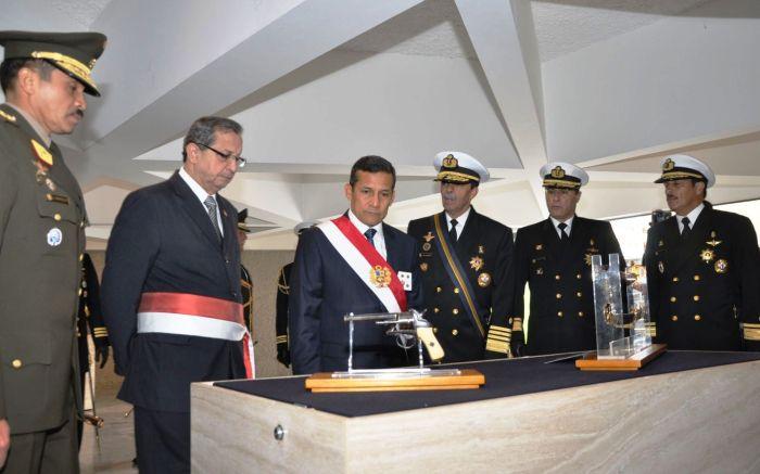 PRESIDENTE OLLANTA HUMALA ENTREGA EN CUSTODIA REVOLVER DE GRAU