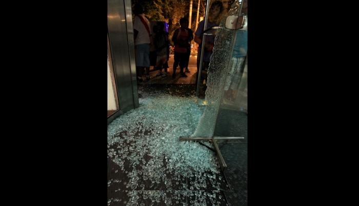 ASI DEJARON LOS CHILENOS LA PUERTA DEL HOTEL ARGENTINO