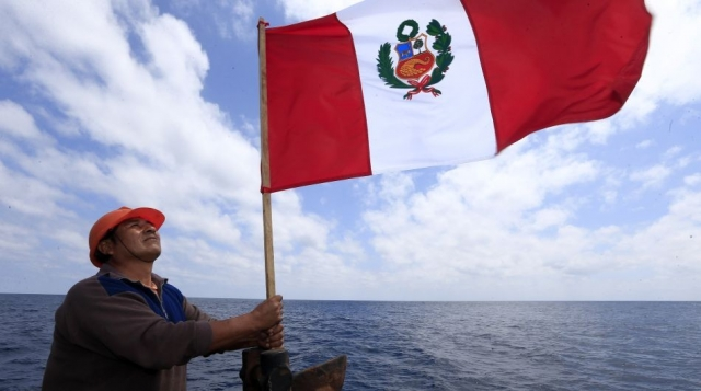 BANDERA PERUANA EN EL TRIANGULO INTERNO
