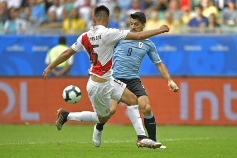 Uruguay's Luis Suarez (R) and Peru's Carlos Zambrano vie for the ball during their Copa America football tournament quarter-final match at the Fonte Nova Arena in Salvador, Brazil, on June 29, 2019. (Photo by Raul ARBOLEDA / AFP)