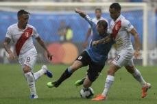 Uruguay's Diego Godin (C) and Peru's Yoshimar Yotun (R) vie for the ball during their Copa America football tournament quarter-final match at the Fonte Nova Arena in Salvador, Brazil, on June 29, 2019. (Photo by Juan MABROMATA / AFP)